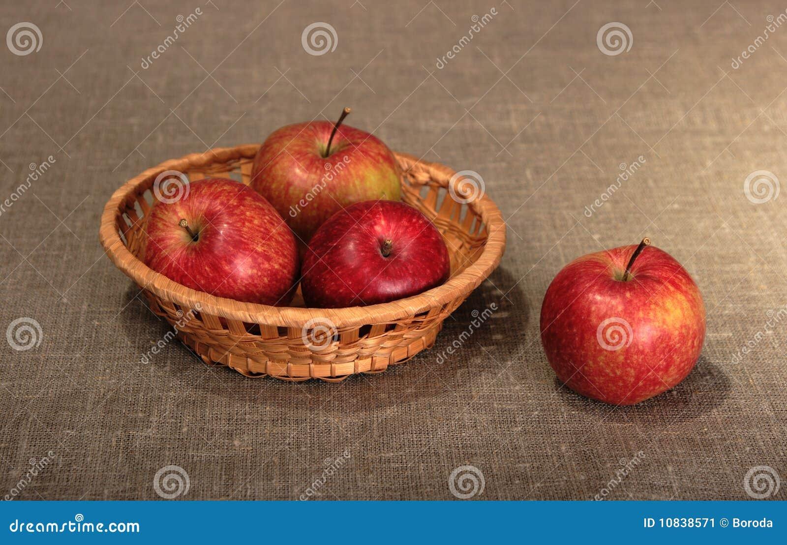 Gruppo di mele rosse in cestino immagine stock immagine - Immagini stampabili di mele ...