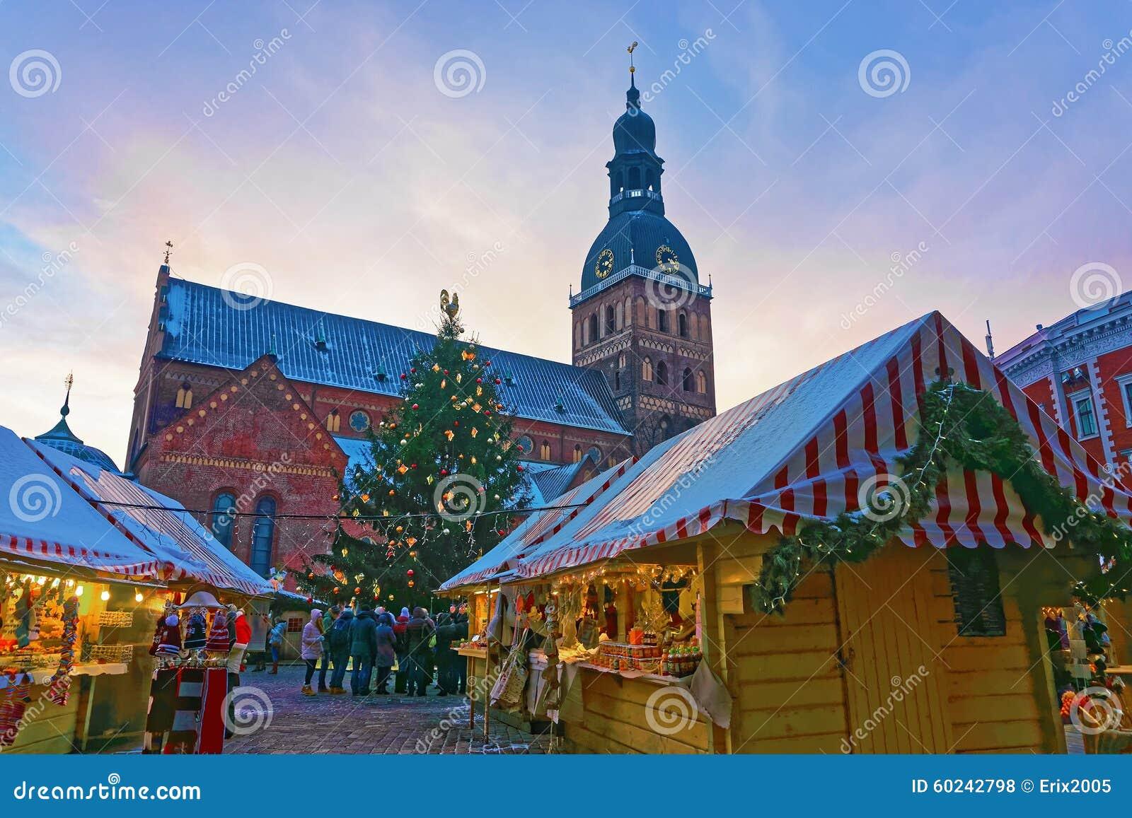 Gruppo di mercato non identificato di Natale della gente al quadrato della cupola