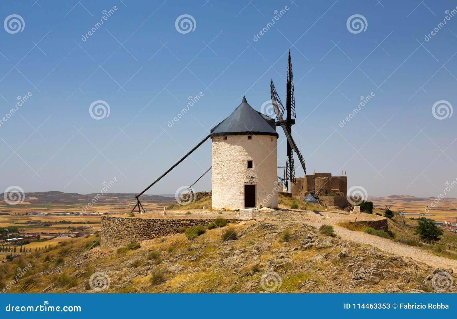 Gruppo di mulini a vento in Campo de Criptana e La Muela di Castillo de sui precedenti La Mancha, Consuegra, itinerario di Don Qu