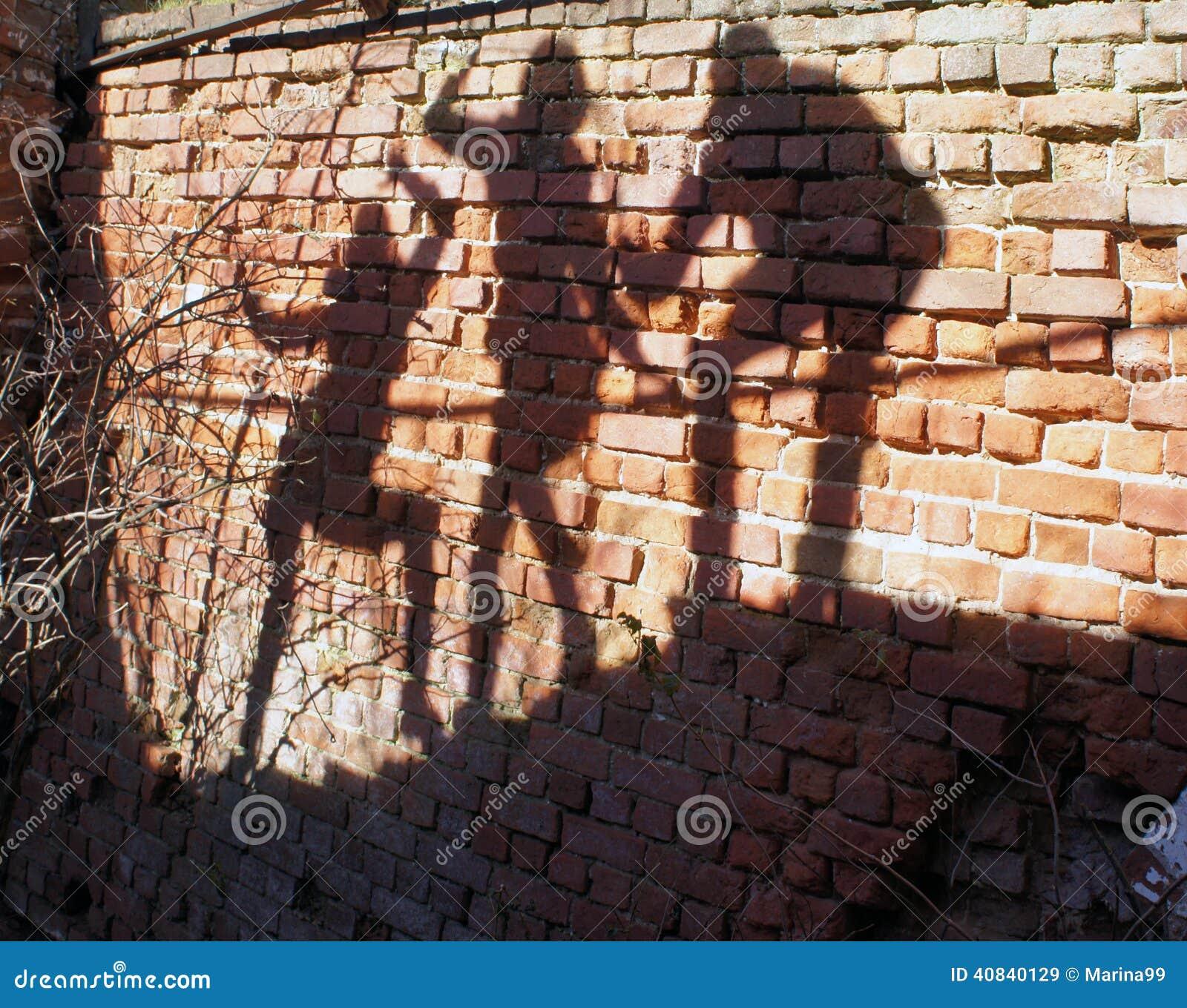 Gruppo di ombre umane sul muro di mattoni immagine stock for Disegni di garage di mattoni