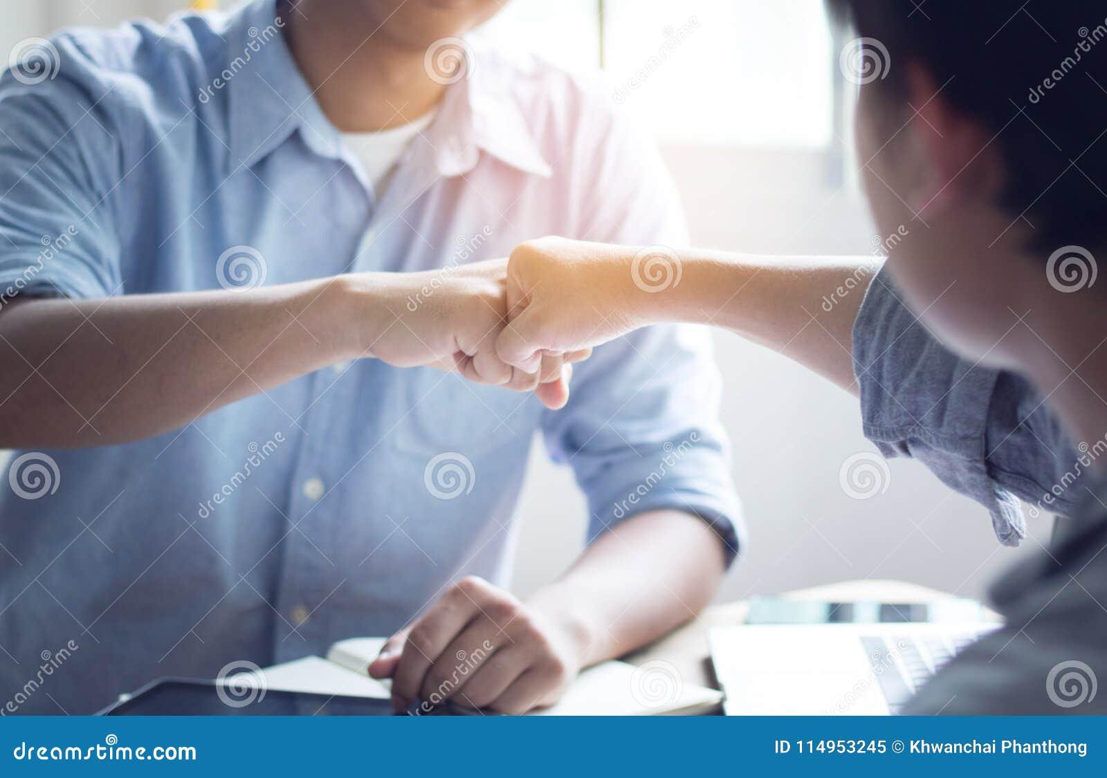 Gruppo di perforazione dell uomo in ufficio, concetto di lavoro di squadra