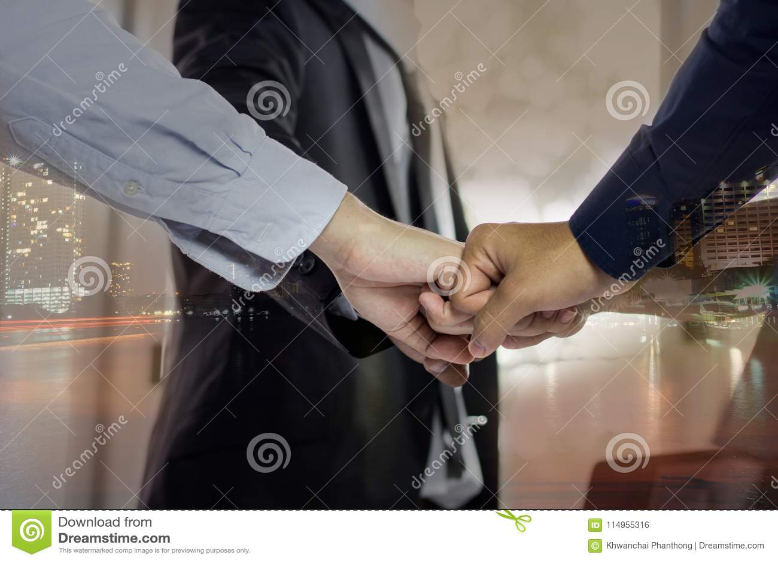 Gruppo di perforazione dell uomo in ufficio, concetto di lavoro di squadra, media misti