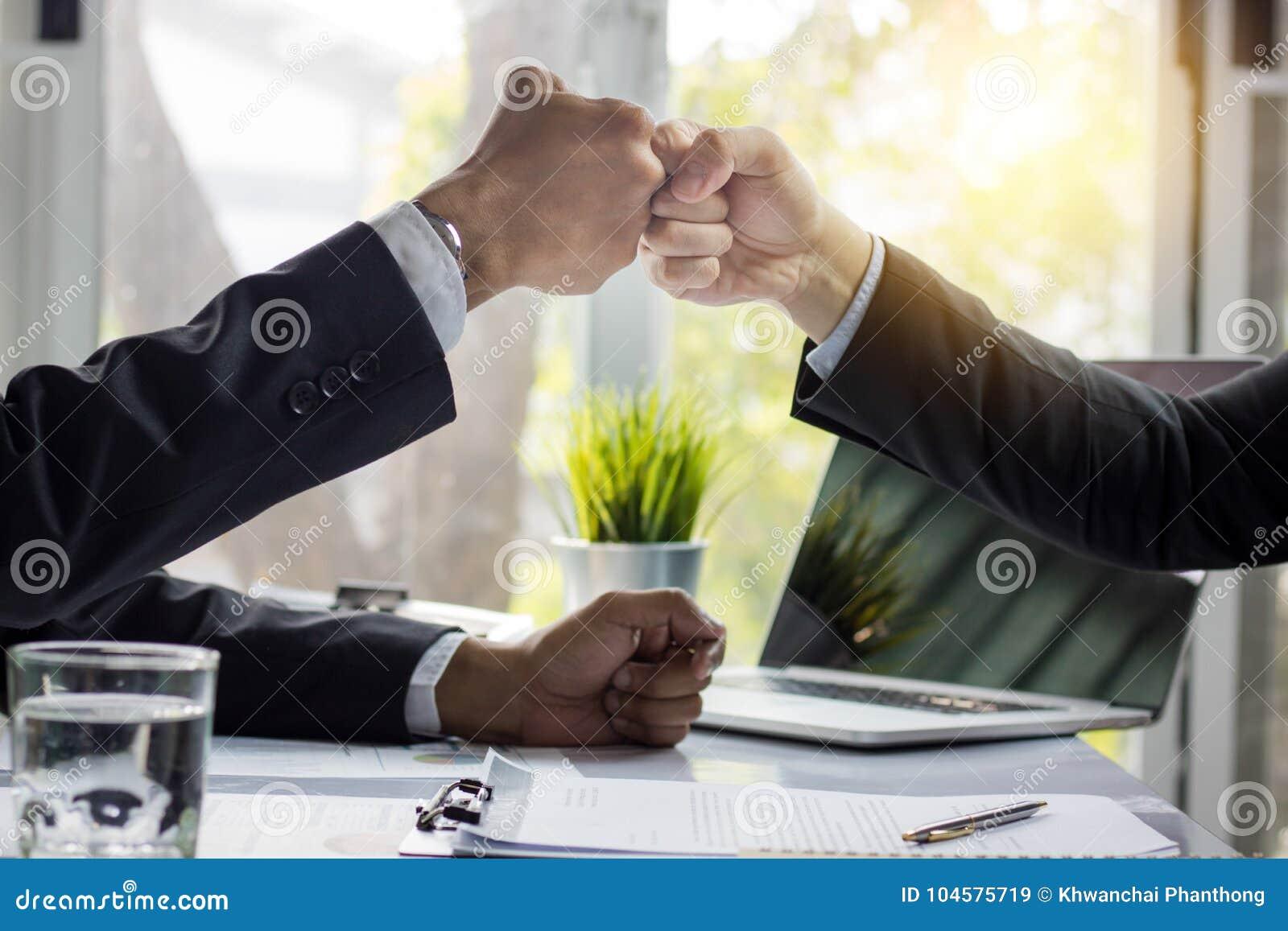 Gruppo di perforazione dell uomo in ufficio, lavoro di squadra