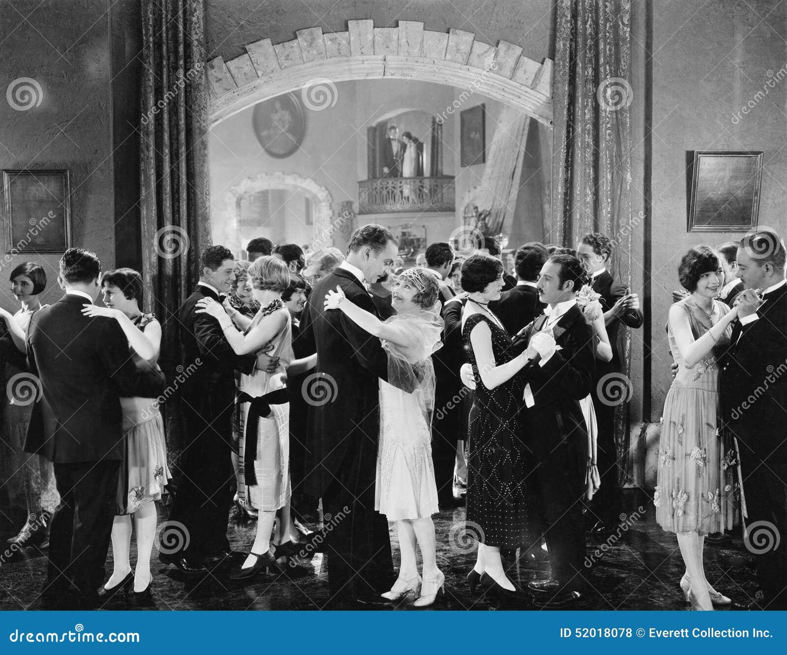 Gruppo di persone che ballano in una sala da ballo (tutte le persone rappresentate non sono vivente più lungo e nessuna proprietà