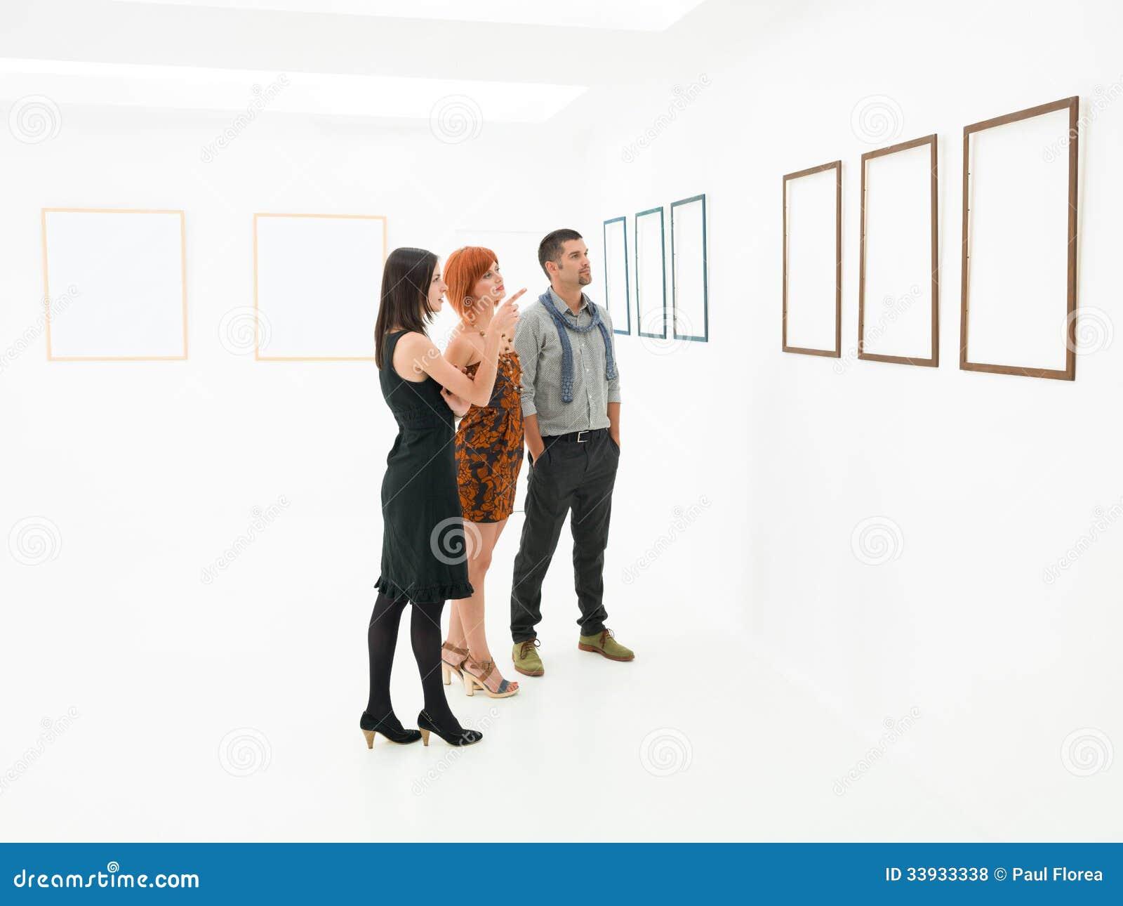 Gruppo di persone che contemplano i materiali illustrativi for Materiali da costruzione che iniziano con i