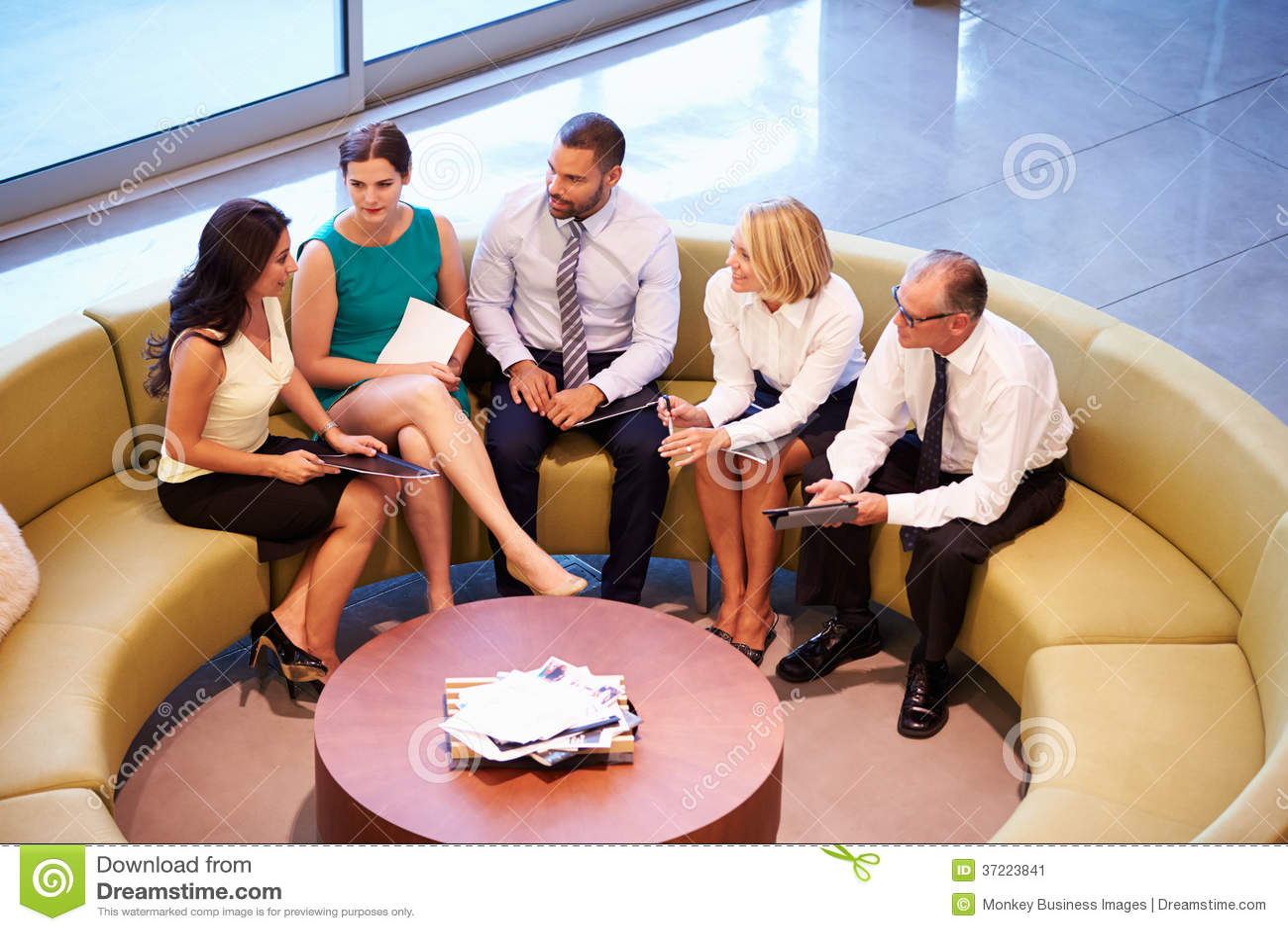 Gruppo di persone di affari che hanno riunione nell ingresso dell ufficio