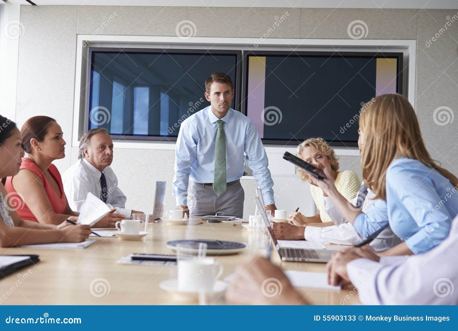 Gruppo di persone di affari che si incontrano intorno alla Tabella della sala del consiglio