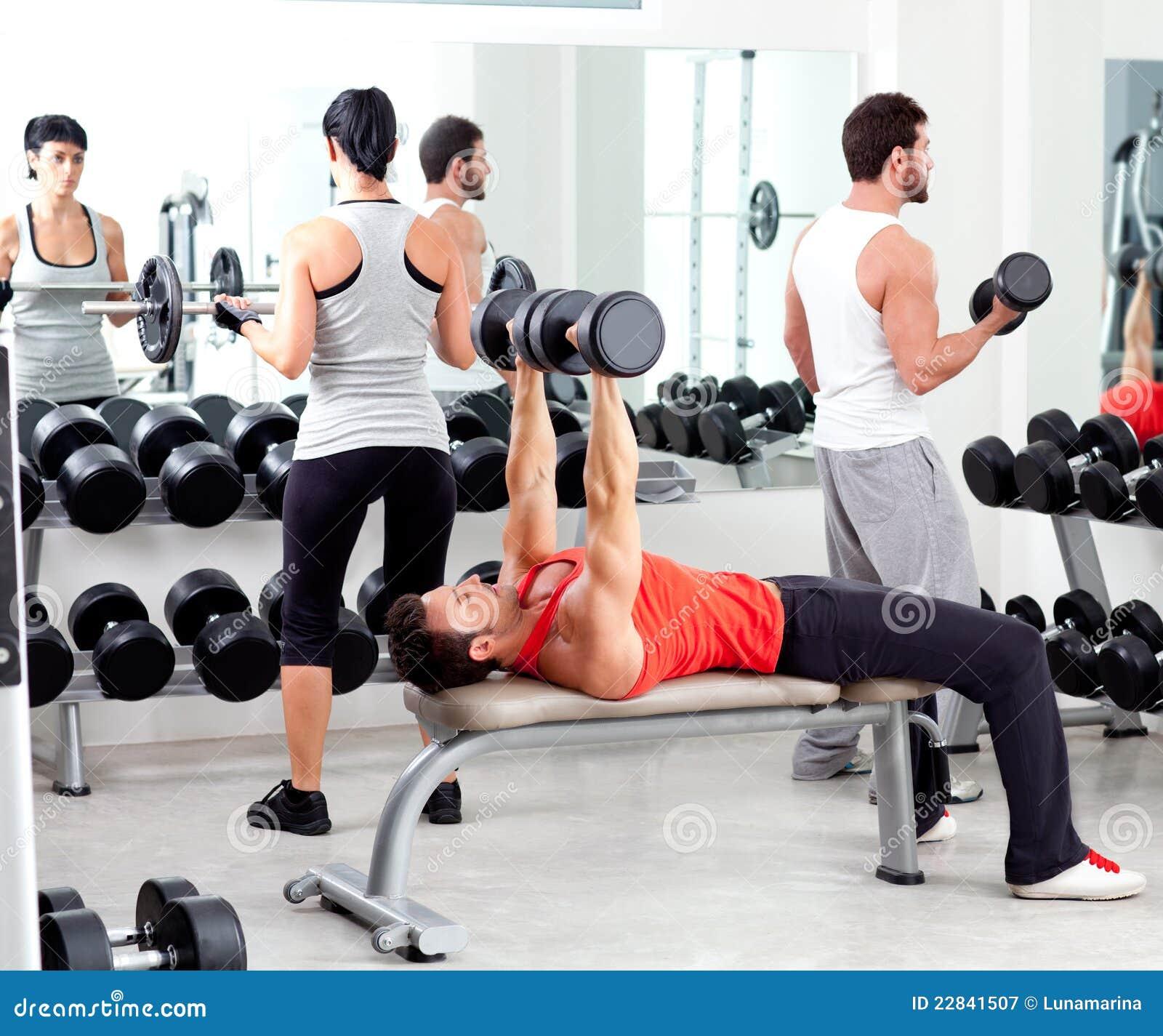 Gruppo di persone in ginnastica di forma fisica di sport