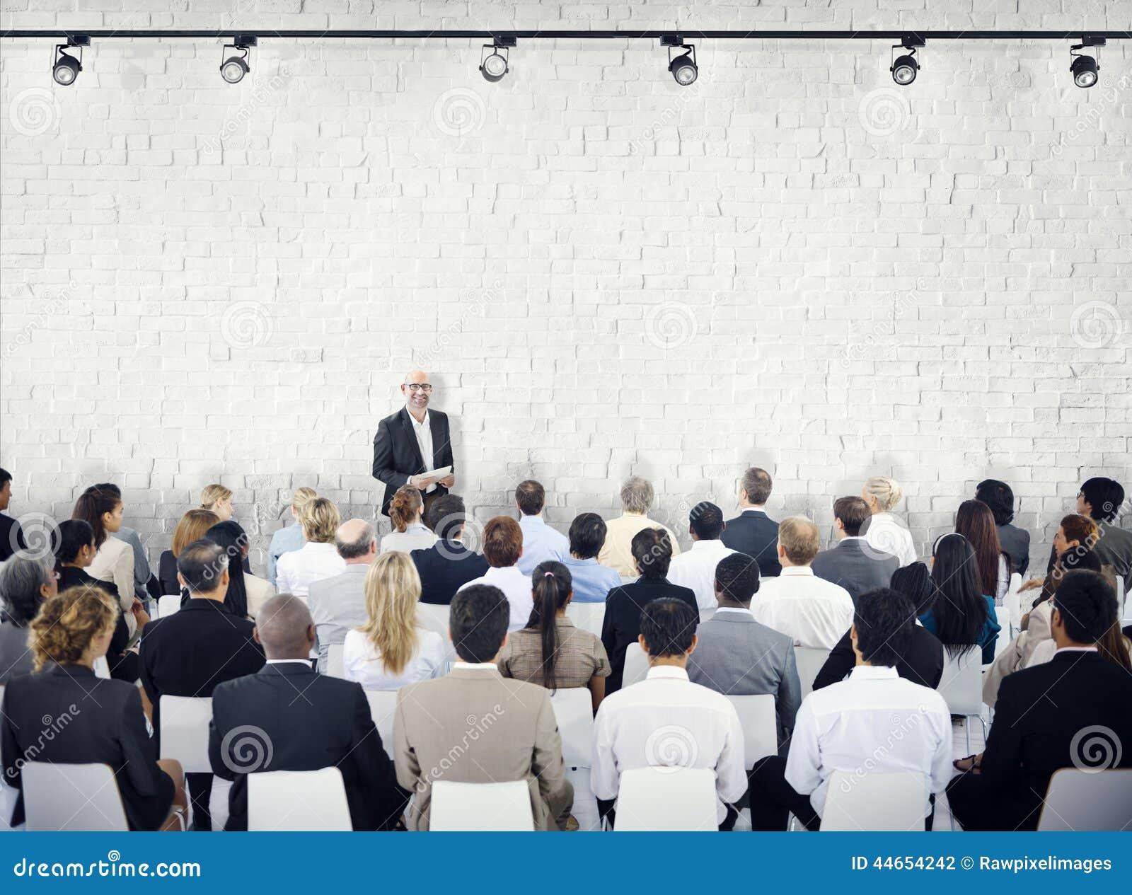 Gruppo di persone nel seminario