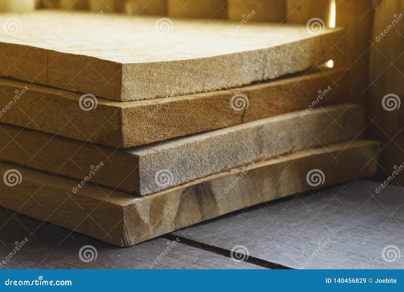 Gruppo di pezzi di legno delle mattonelle