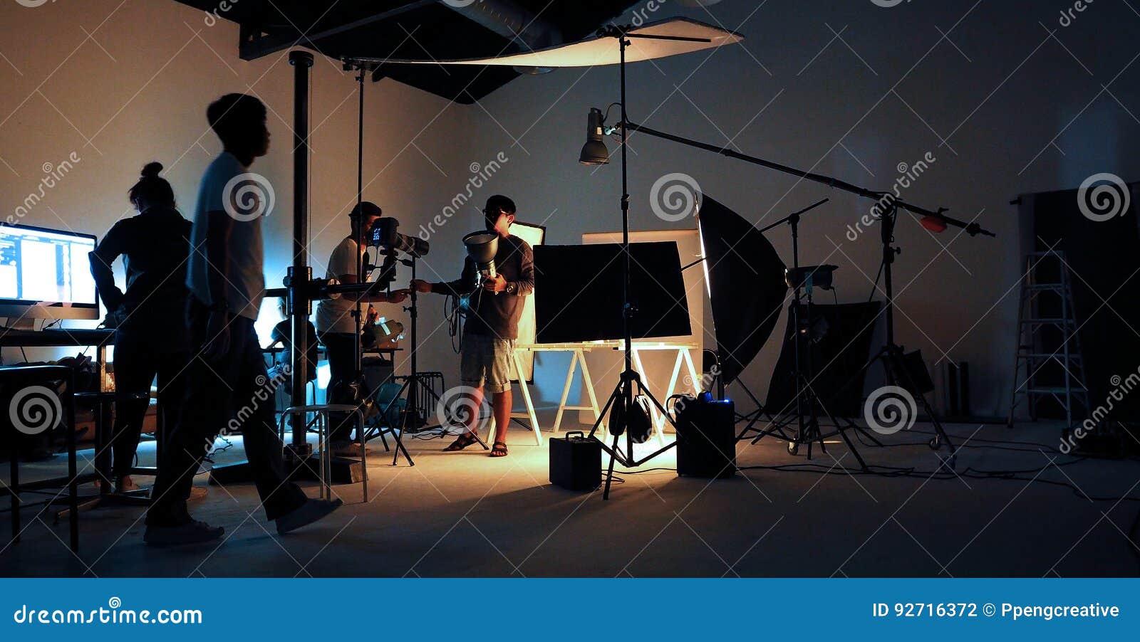 Gruppo di produzione che fa un certo video film