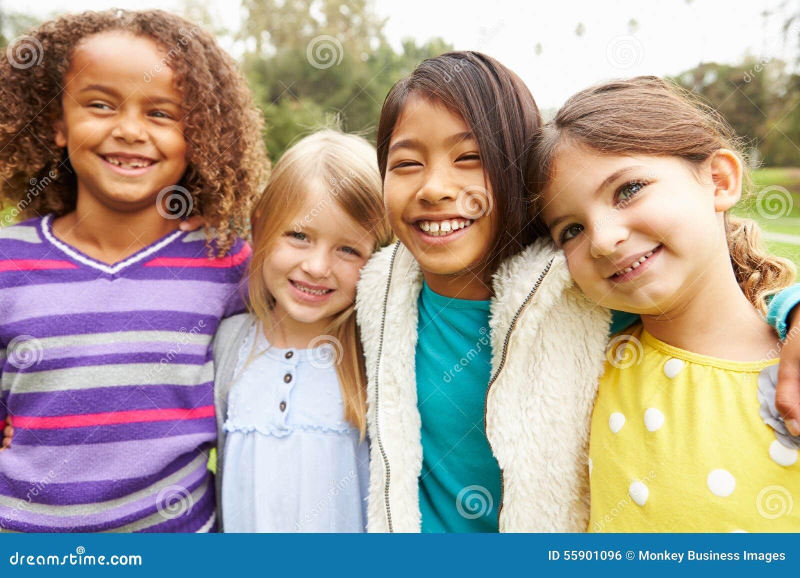 Gruppo di ragazze che vanno in giro insieme nel parco