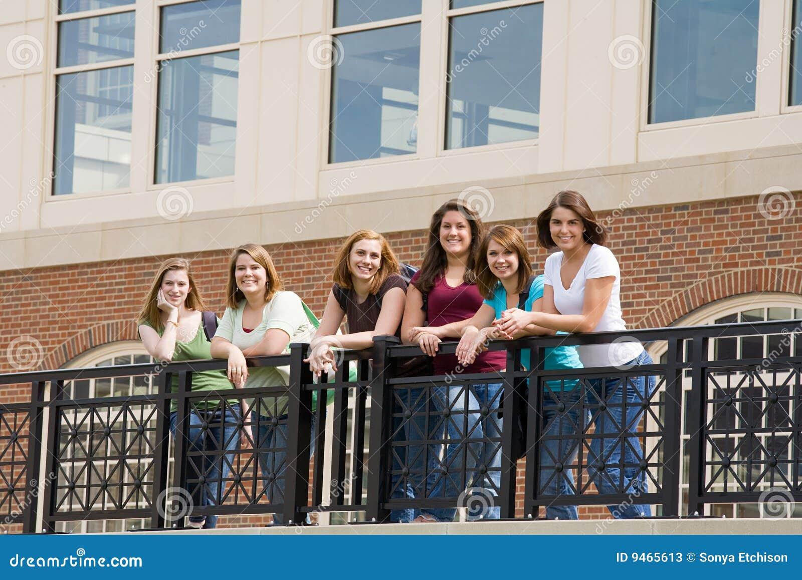 Gruppo di ragazze di istituto universitario