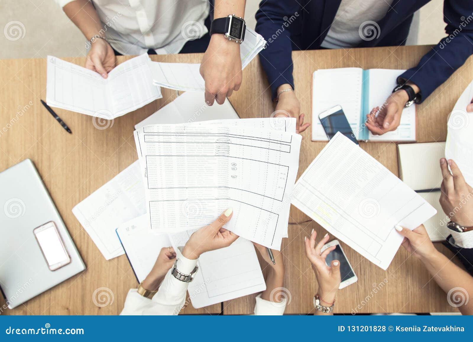 Gruppo di riunione d affari alla tavola nell ufficio moderno, nel lavoro di gruppo e nelle diverse mani unenti insieme le relazio