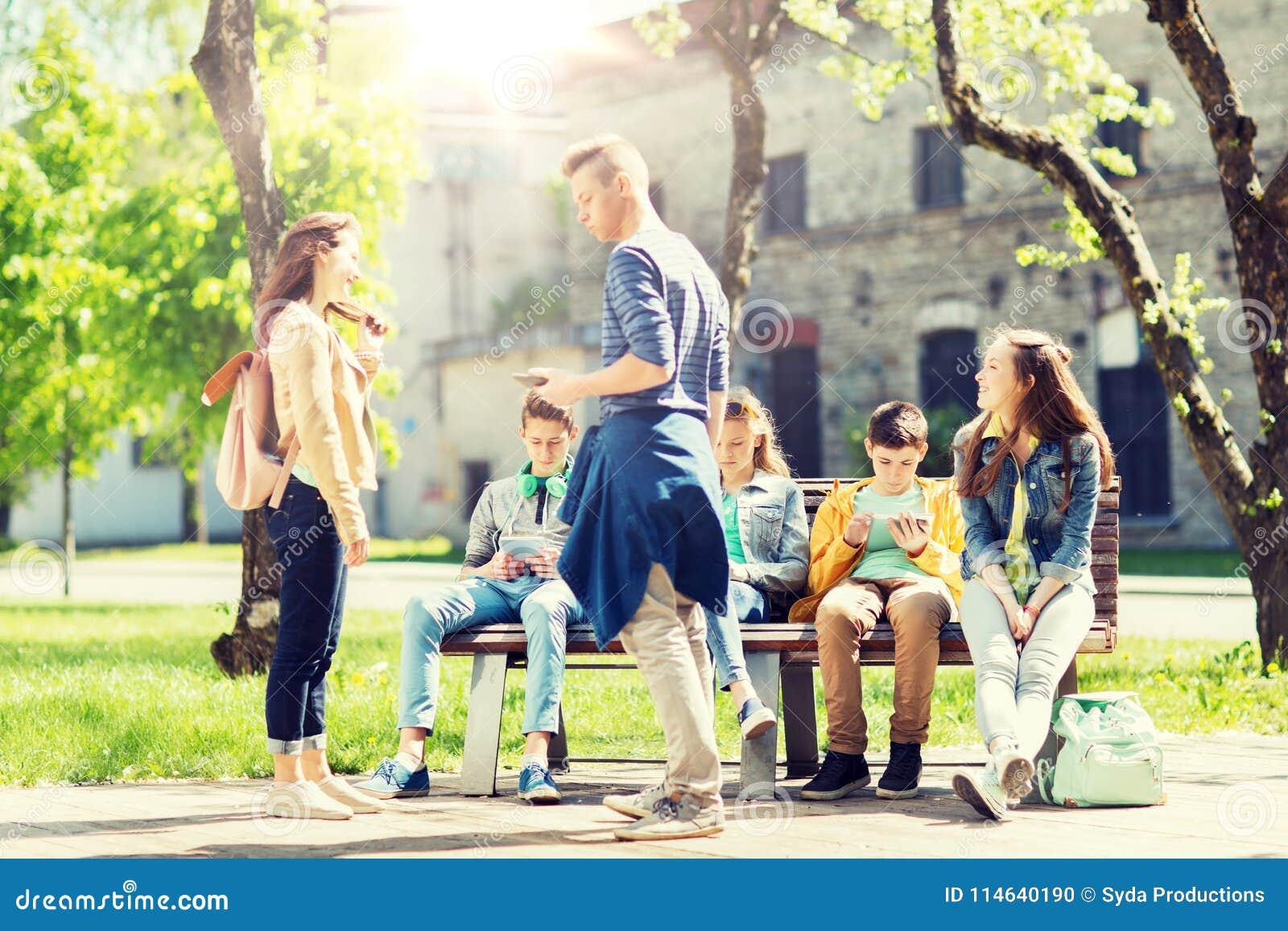 Gruppo di studenti adolescenti al cortile della scuola