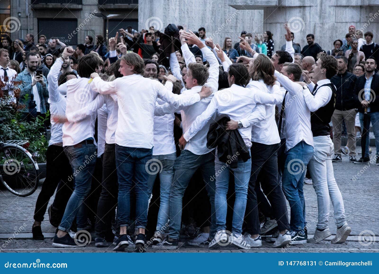 Gruppo di studenti che fanno festa nella via a Amsterdam