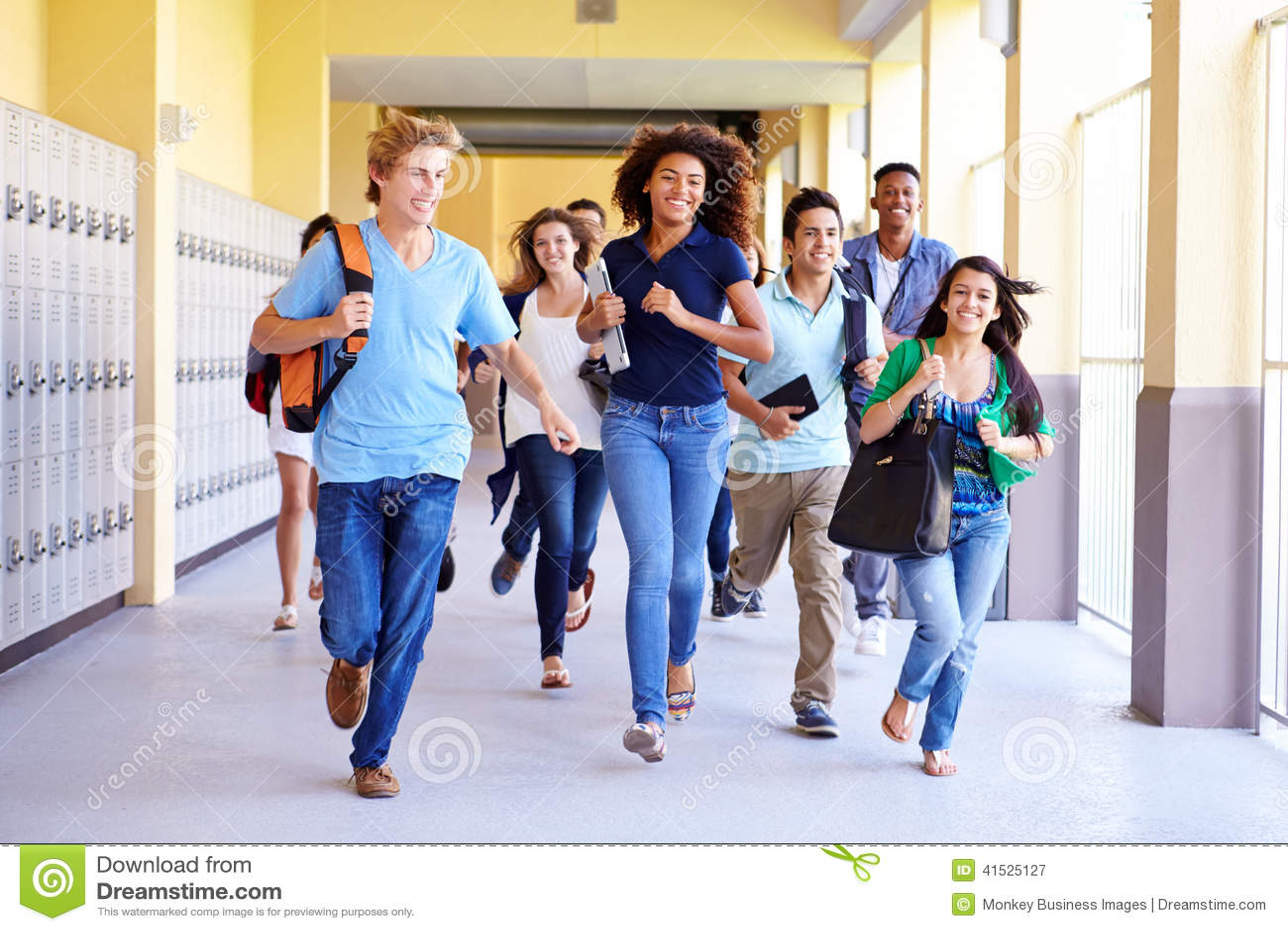Gruppo di studenti della High School che si dirigono in corridoio