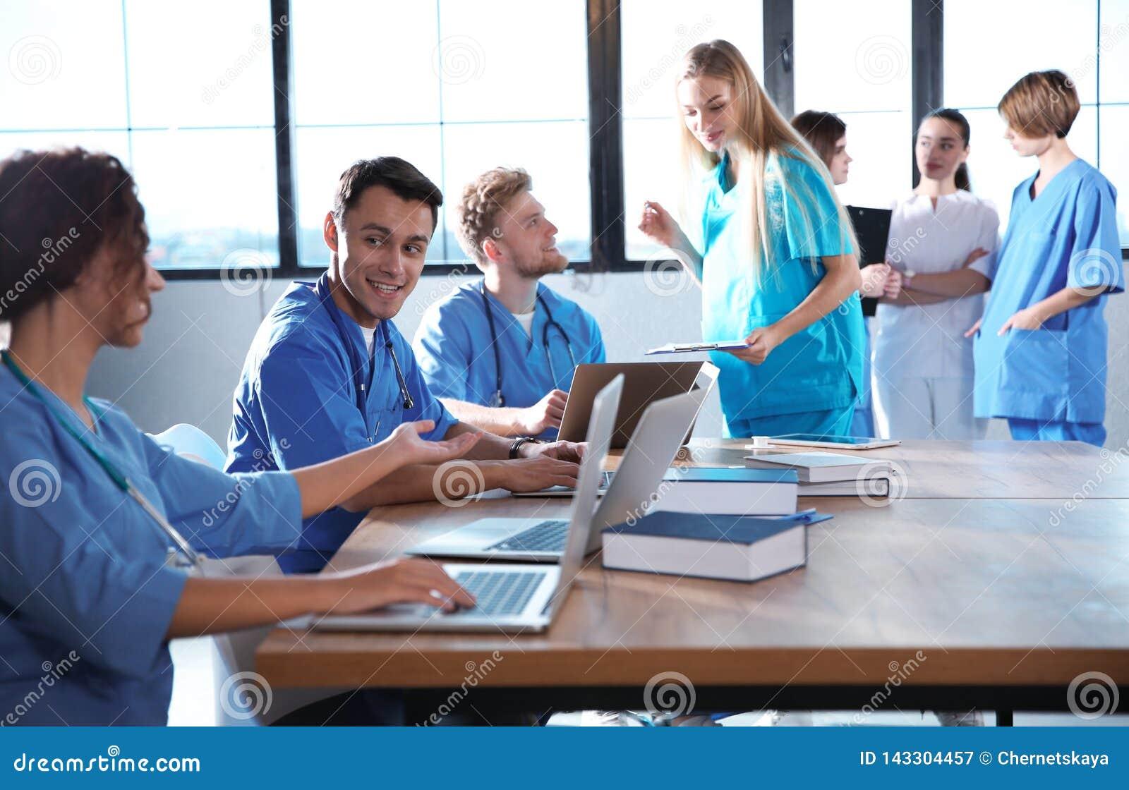 Gruppo di studenti di medicina con gli aggeggi in istituto universitario
