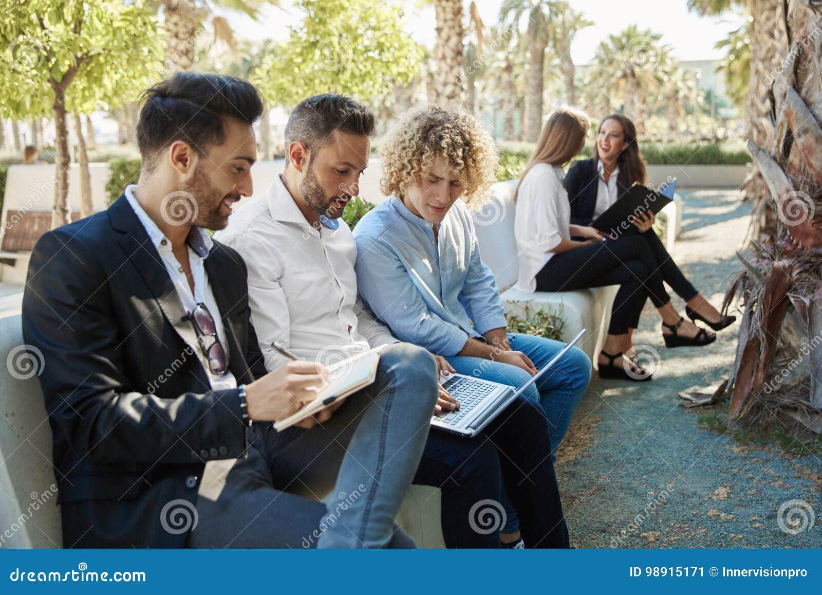 Gruppo di uomini d affari che lavorano insieme fuori