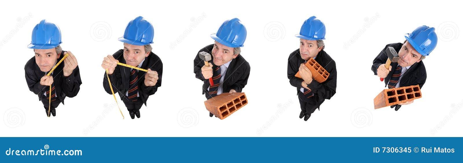 Gruppo di uomini divertenti con gli elmetti protettivi