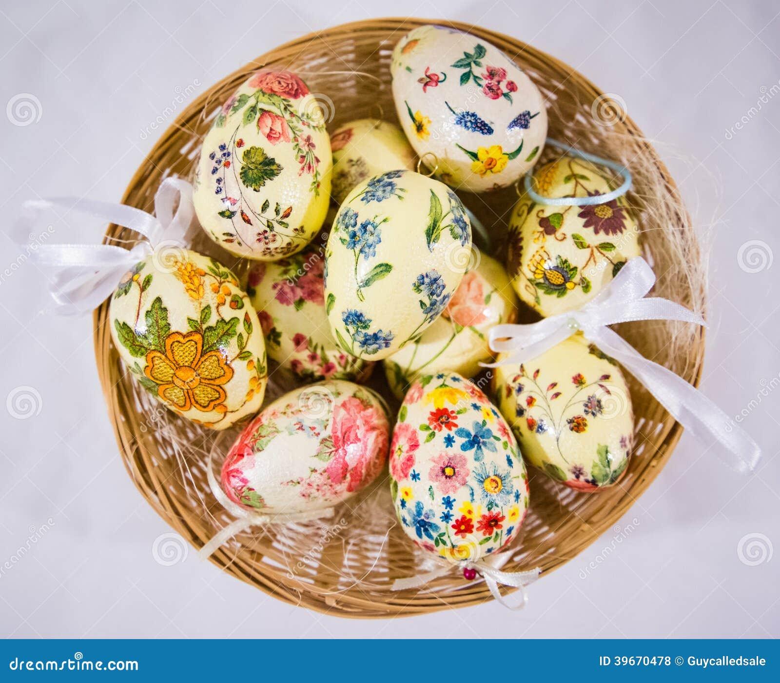 Gruppo di uova di pasqua variopinte decorate con i fiori - Uova di pasqua decorate ...