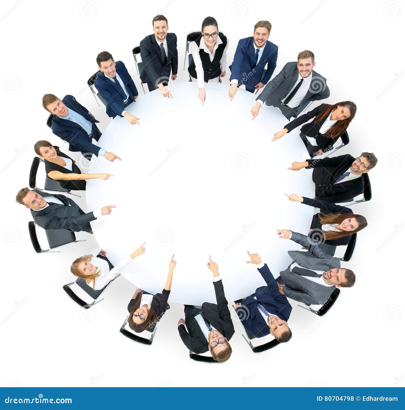 Gruppo felice di affari che indica a qualcosa