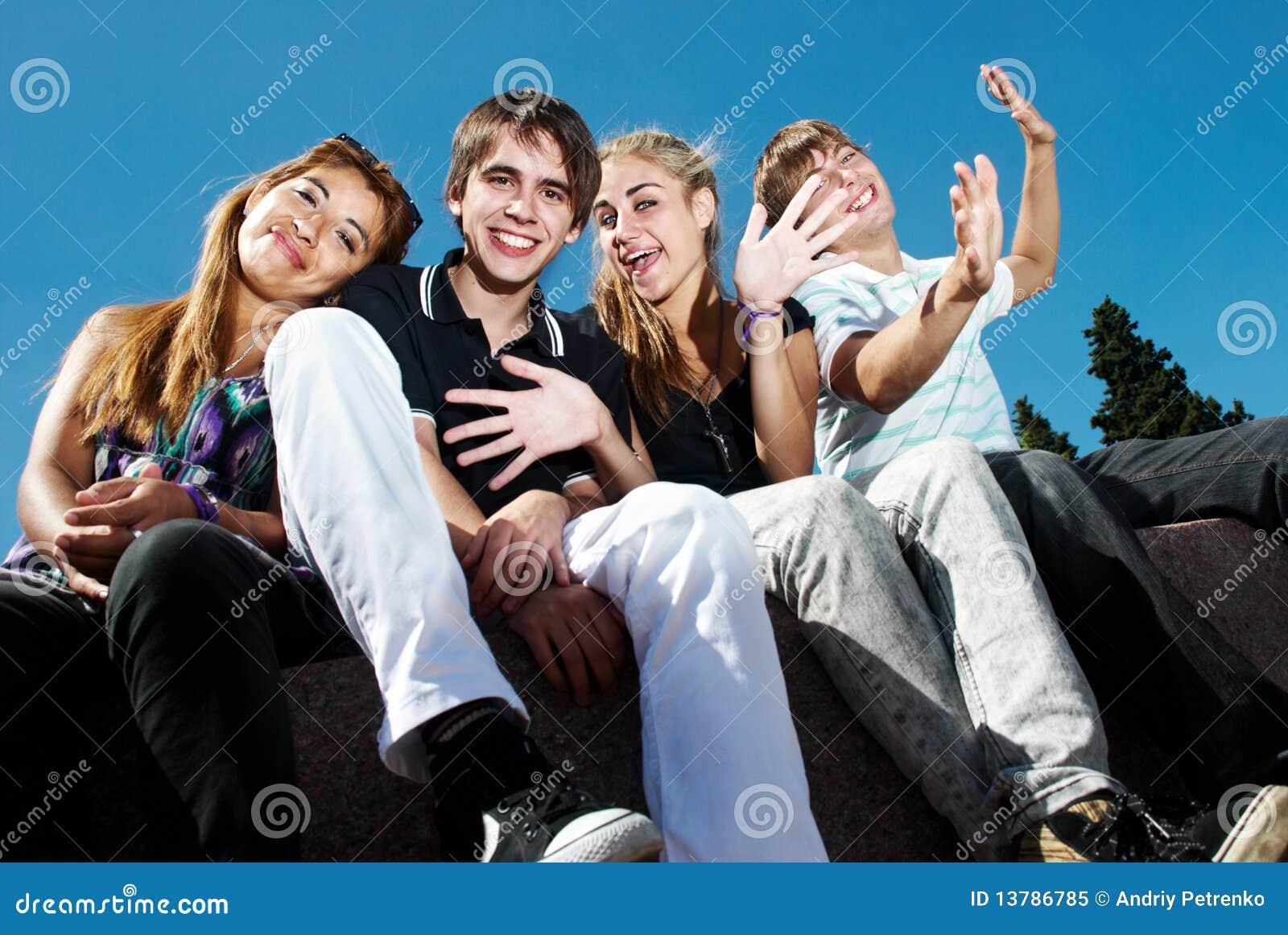 Gruppo felice di amici che sorridono all aperto
