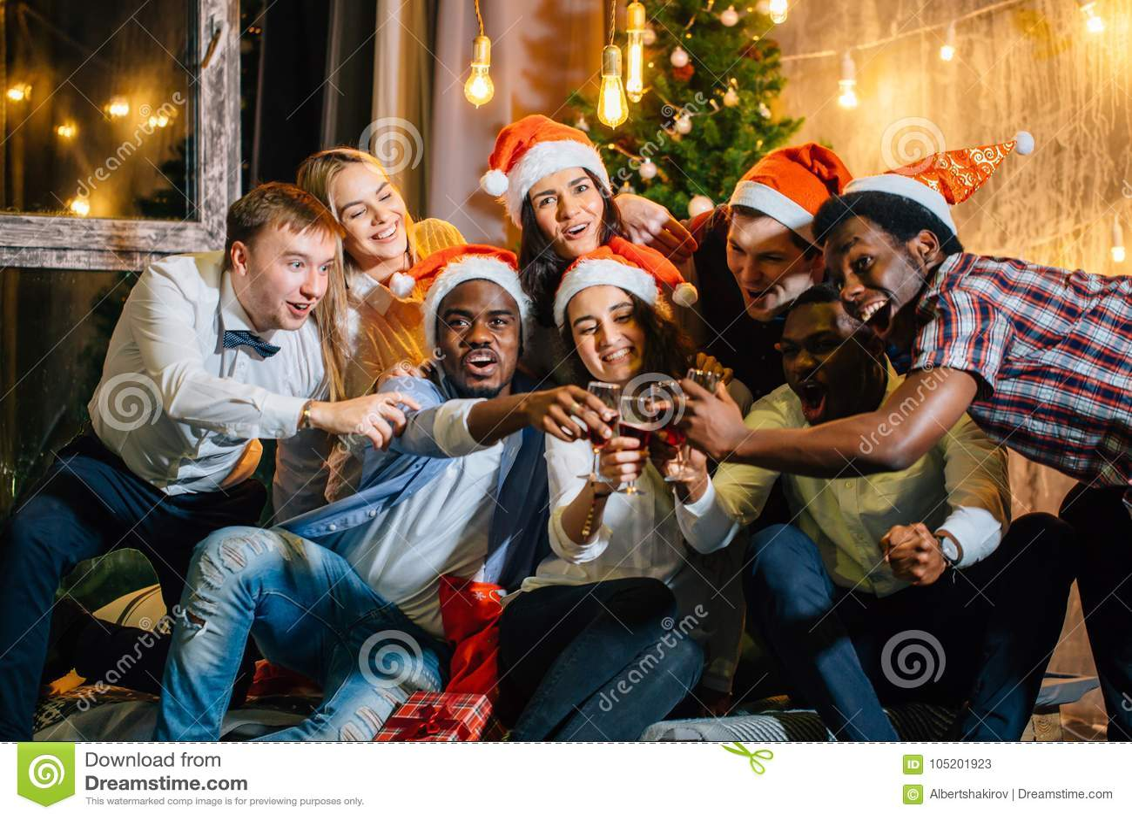 Gruppo felice di amici che toccano i glases a vicenda
