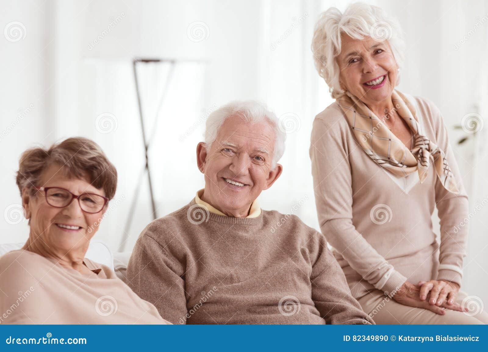Gruppo felice di anziani
