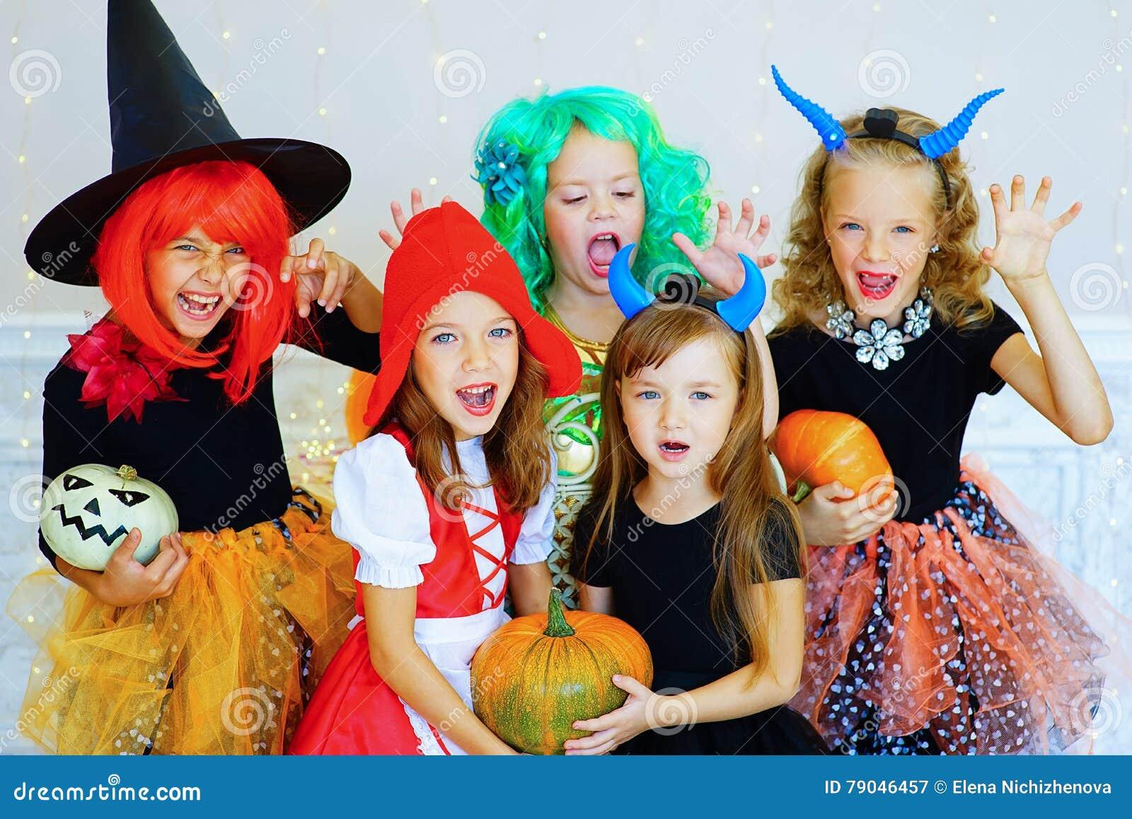 Halloween Gruppo.Gruppo Felice Di Bambini In Costumi Durante Il Partito Di Halloween