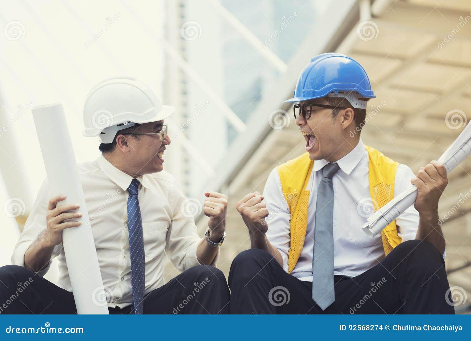 Gruppo felice di ingegneria nel cantiere