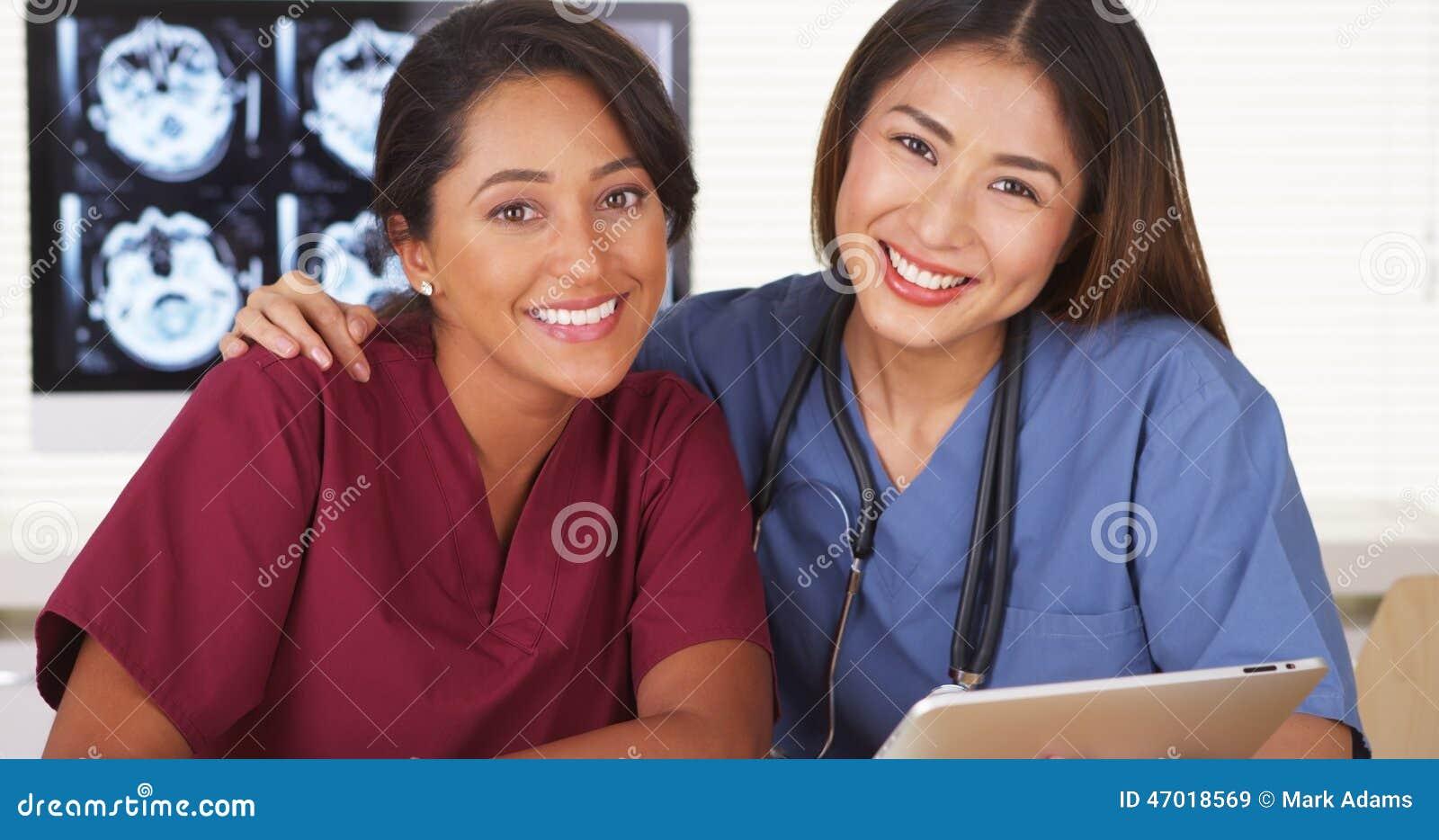 Gruppo felice di sorridere di medici
