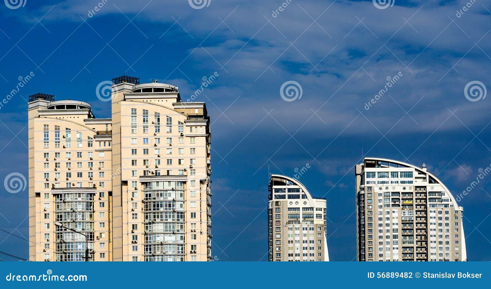 Gruppo grandi di case gialle e bianche multipiane moderne