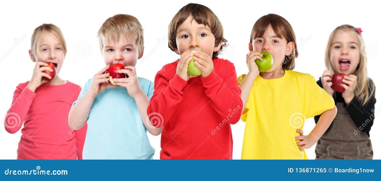 Gruppo mangiante sano di frutta della mela dei bambini dei bambini isolata su bianco