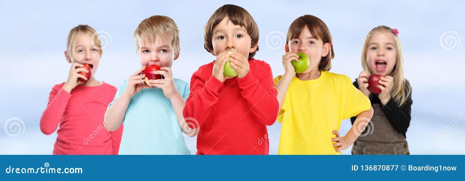 Gruppo mangiante sano di insegna del copyspace della frutta della mela dei bambini dei bambini