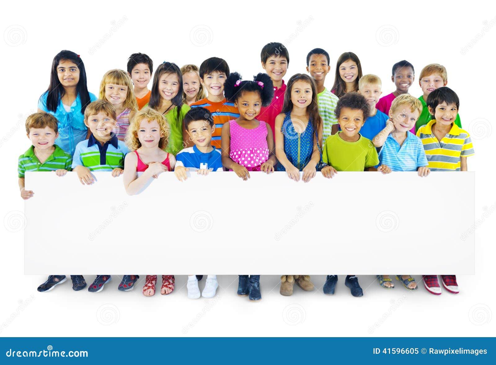 Gruppo Multi-etnico di bambini che tengono tabellone per le affissioni vuoto