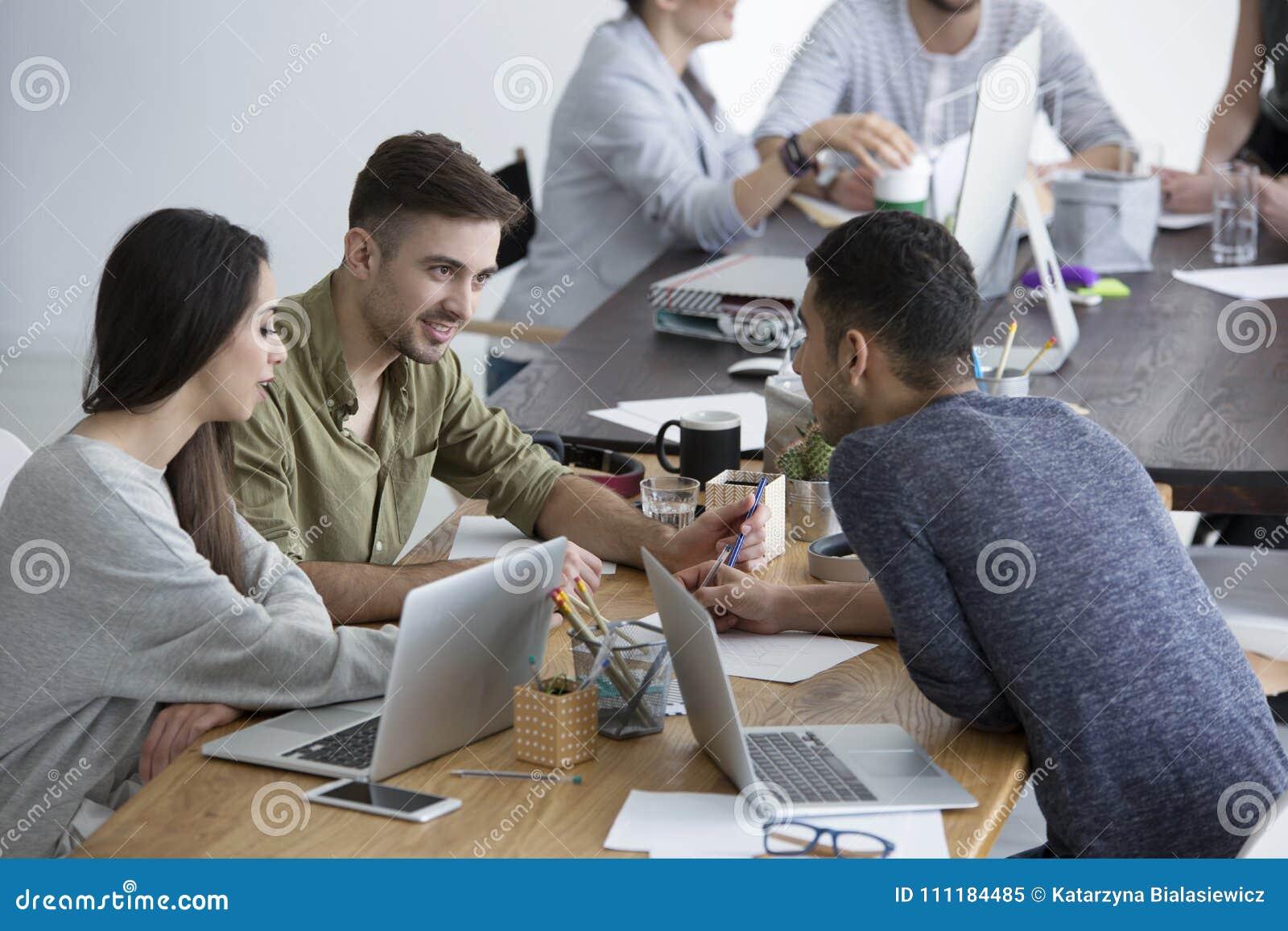 Gruppo multiculturale di confrontare le idee degli impiegati
