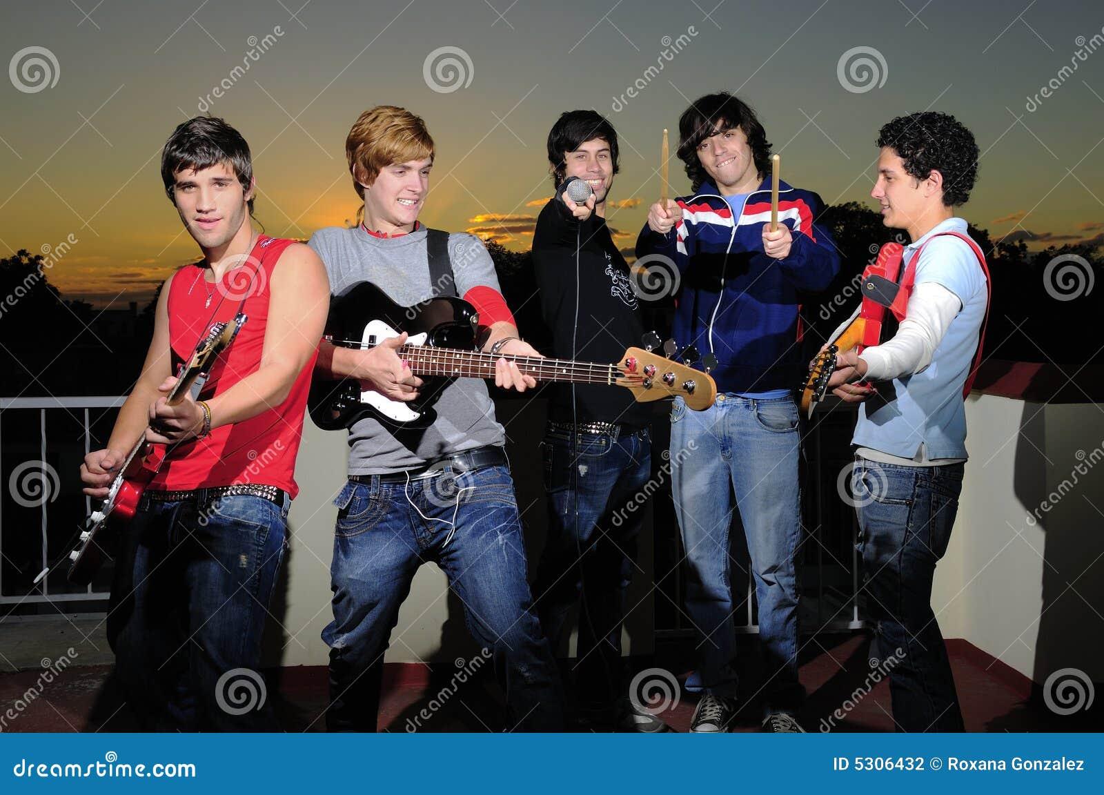 Download Gruppo Teenager Di Musicisti Fotografia Stock - Immagine di latino, amici: 5306432