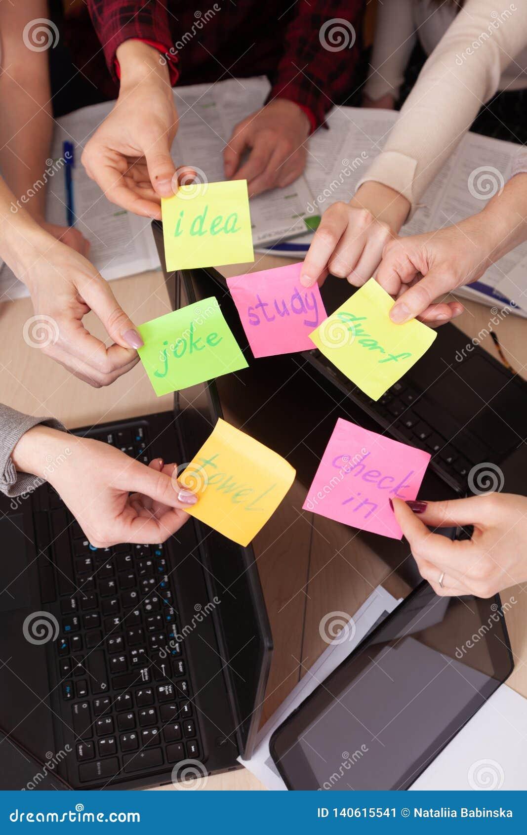 Gruppo unito del compagno di classe di visualizzazione superiore dell area di lavoro del gruppo di affari di computer della tavol