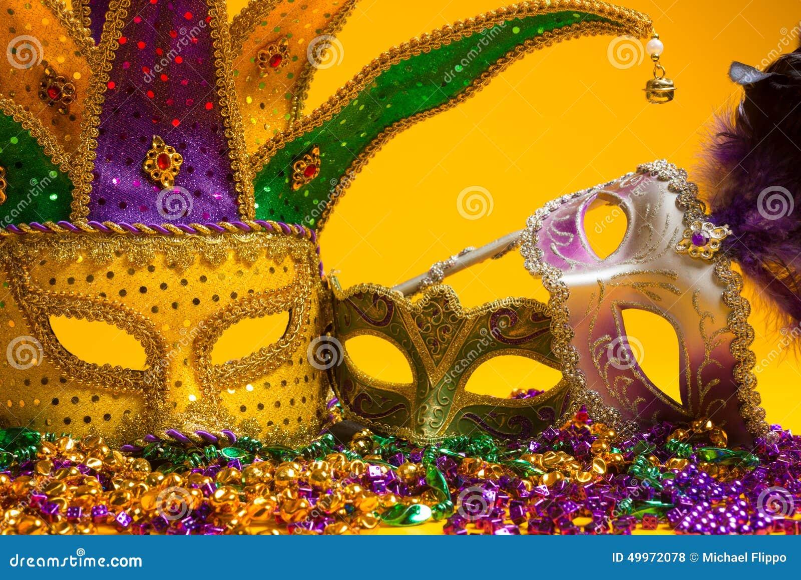 Gruppo variopinto di Mardi Gras o di maschera veneziana o costumi su y