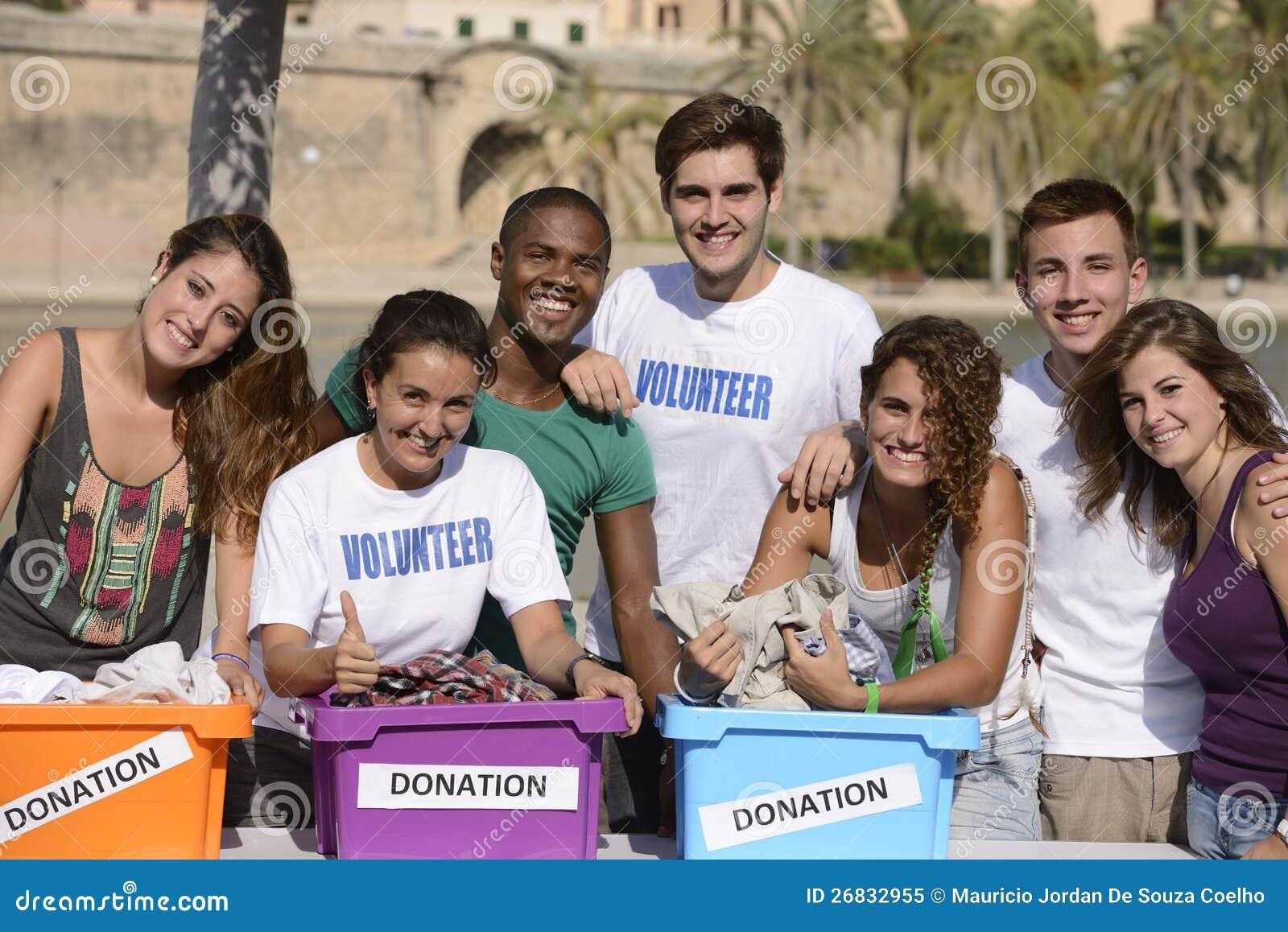Gruppo volontario felice e vario