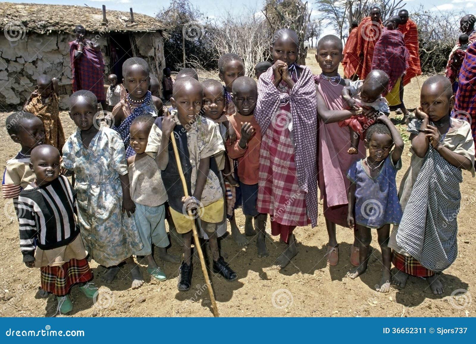 Gruppstående av Maasai barn, Kenya