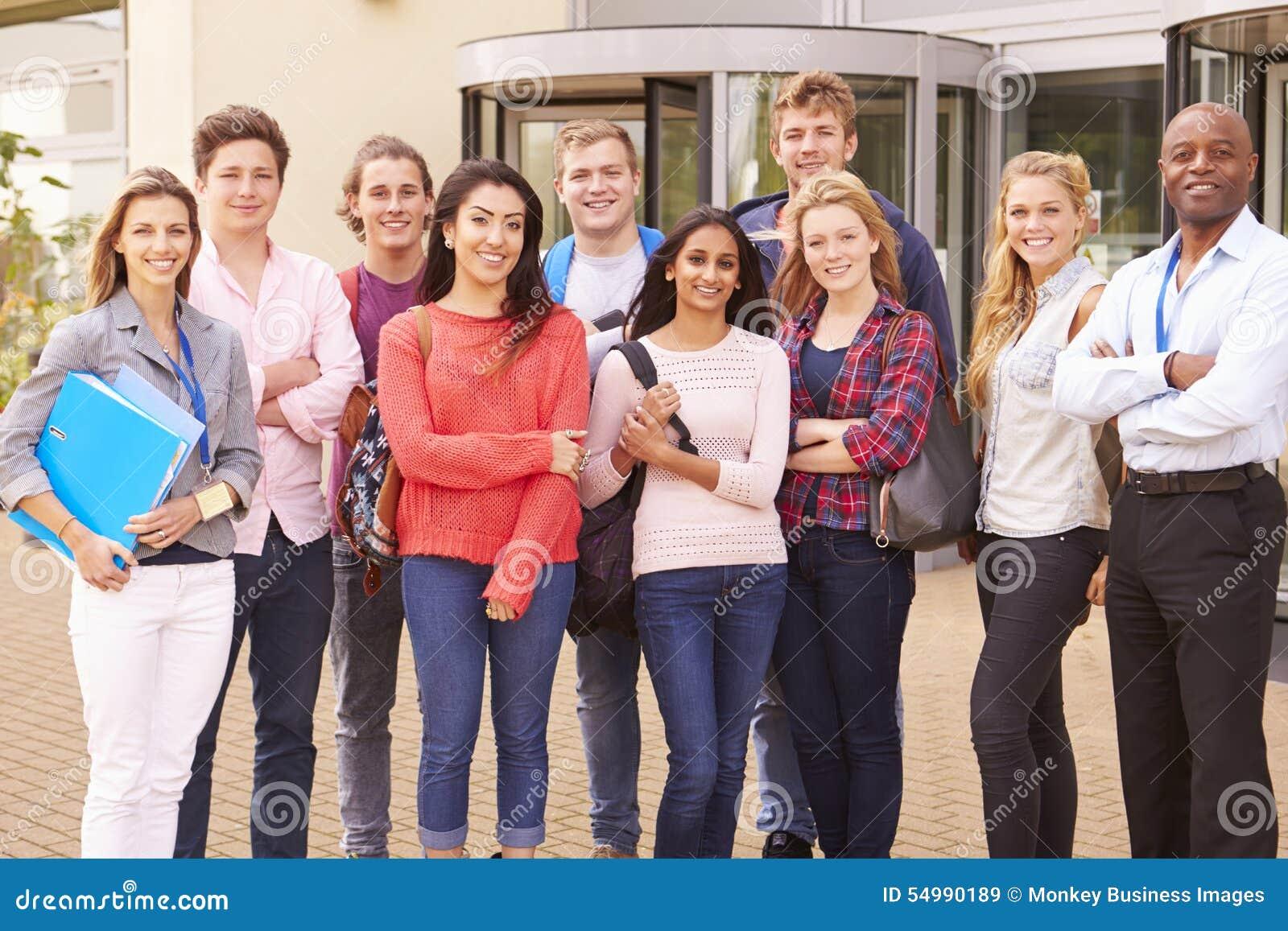 Gruppståenden av högskolestudenter med handleder