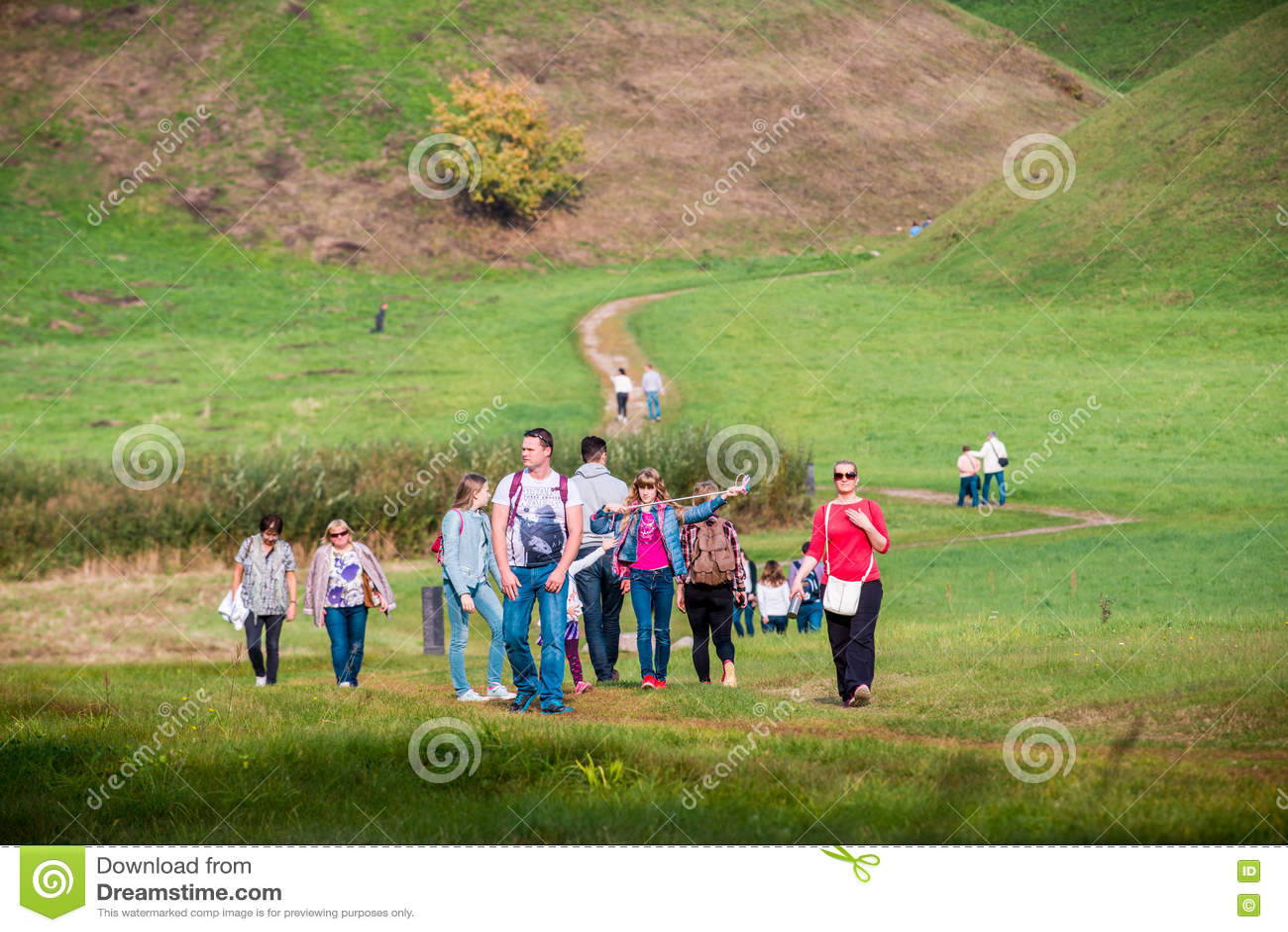 Grupy ludzi odprowadzenie blisko Kernave wzgórzy