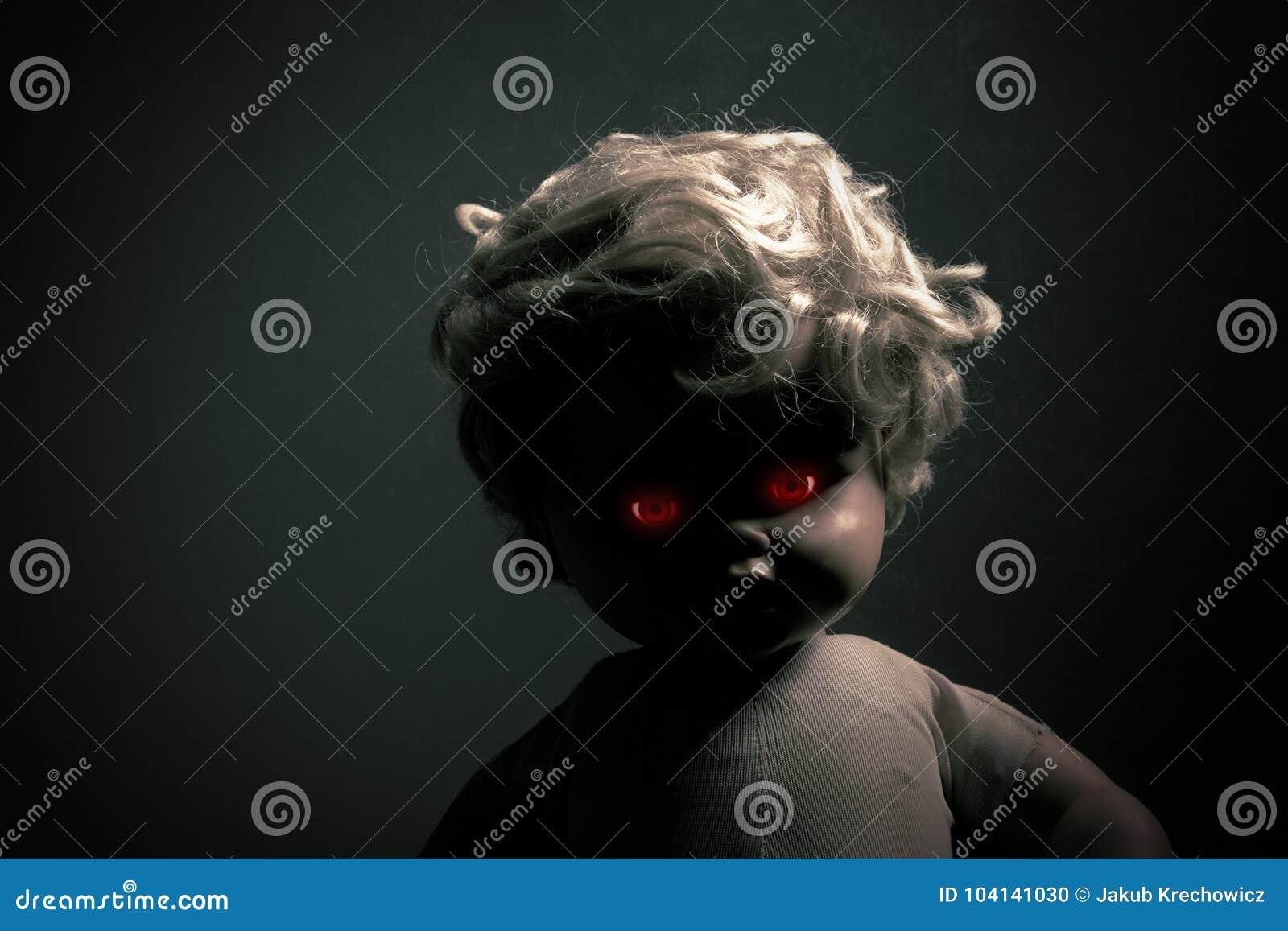 Gruselige Puppe Mit Roten Glühenden Augen Stockfoto Bild Von