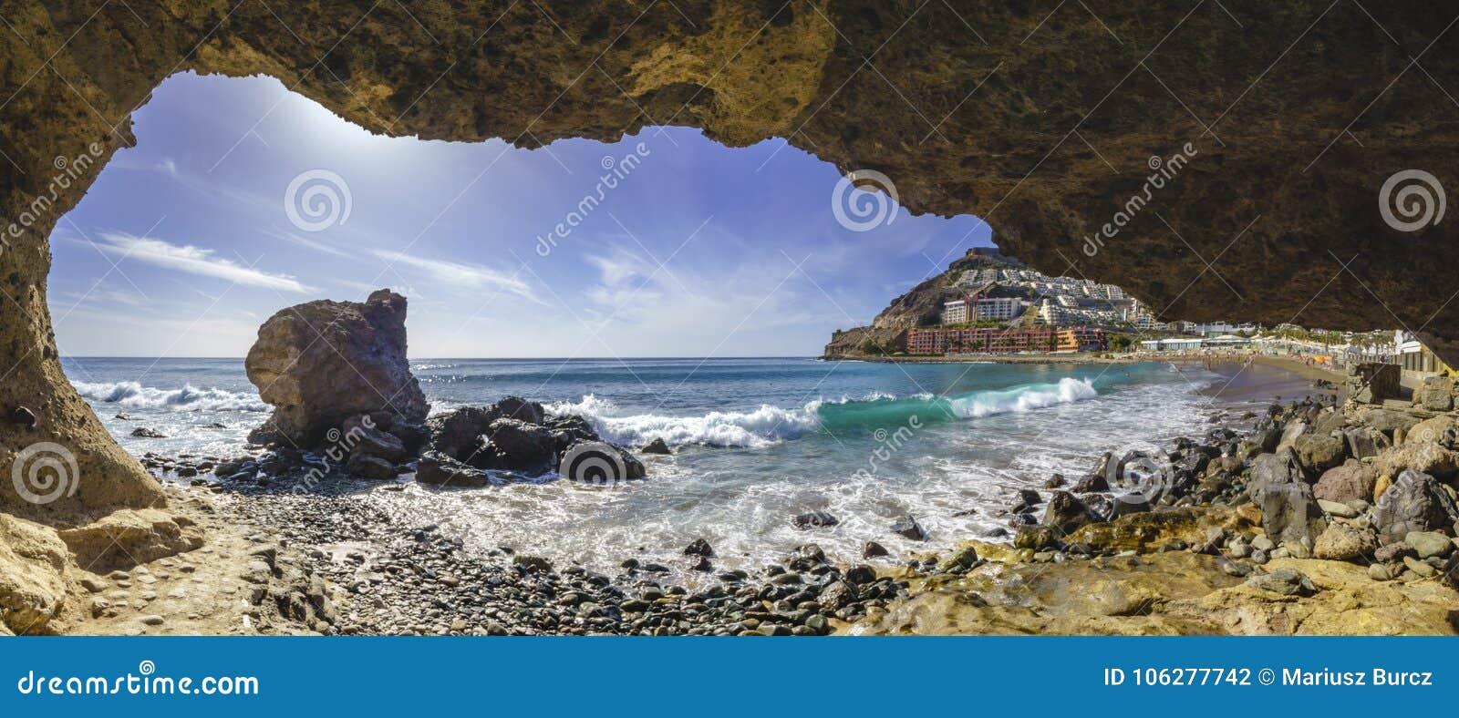 Gruta natural da rocha na praia em Playa del Cura, perto do playa A