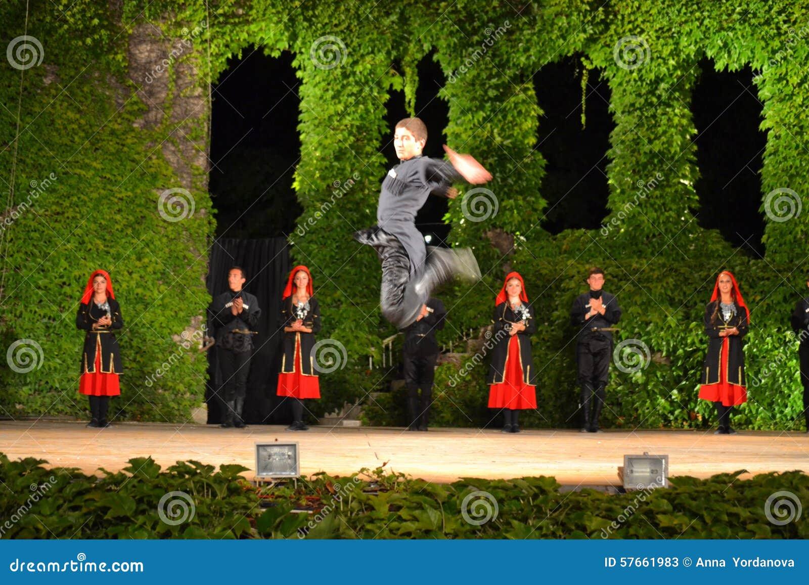 Gruziński tancerz skacze