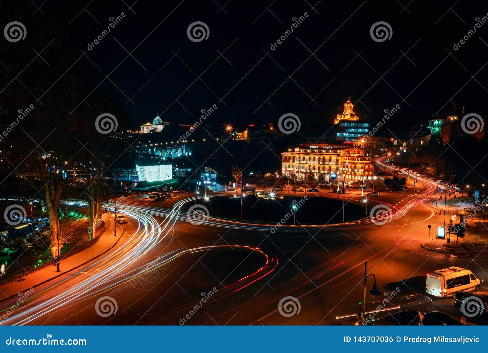 Gruzja, Tbilisi - 05 02 2019 - Noc widok nad Europa kwadratowego i Świętego trinity Sameba kościół w tle