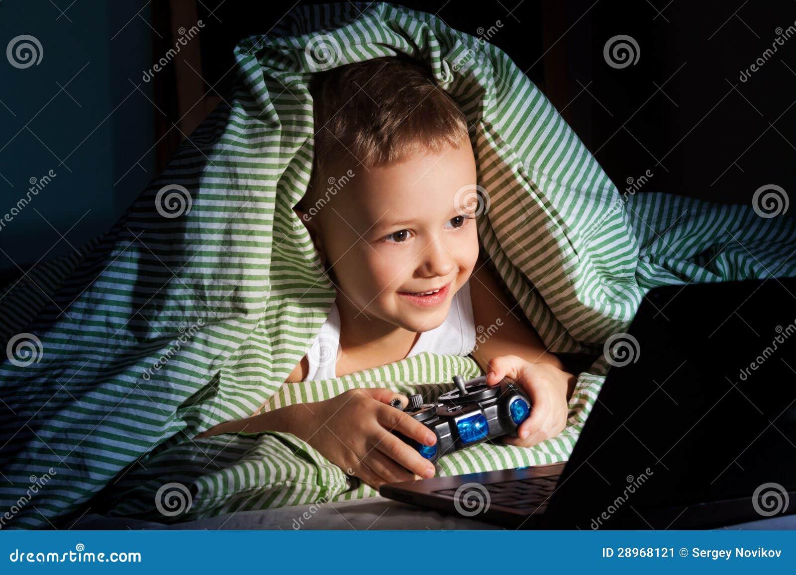 Gry komputerowe przy nocą