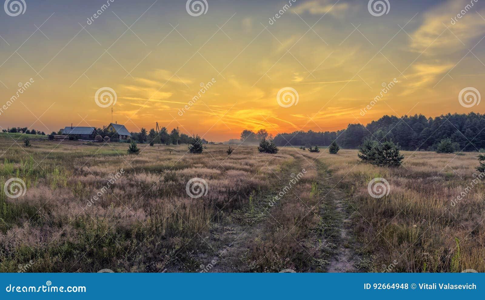 Gryning av vägen till byn Vitryssland Minsk region